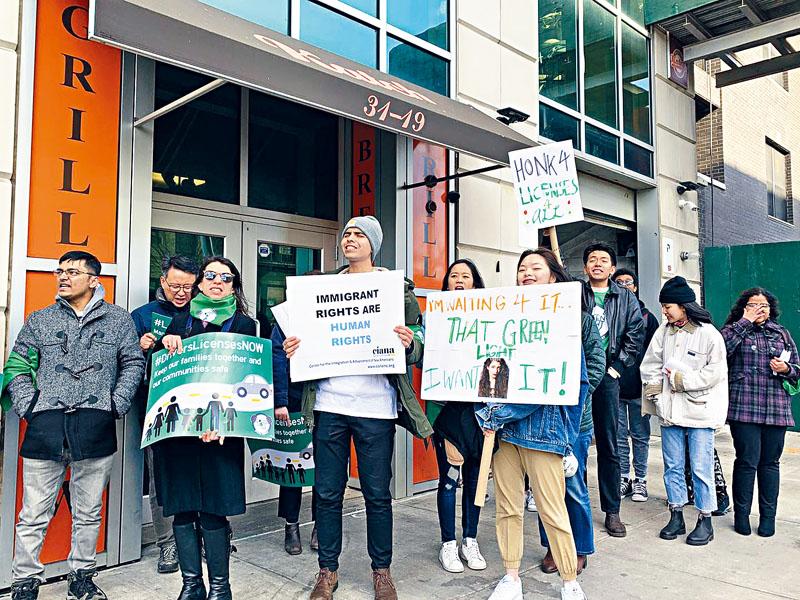 移民維權組織要求紐約州參議員吉納瑞斯通過法案,允許無證移民取得駕照。