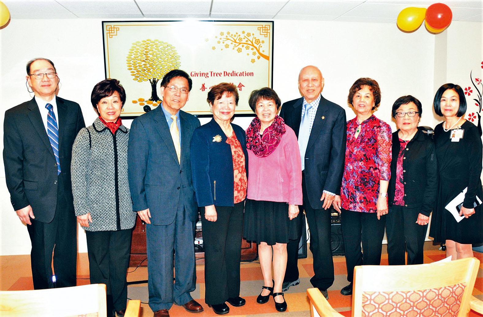(左二起)陳黃海蘭、陳建立、梅伍銀寬等嘉賓合影。主辦方提供