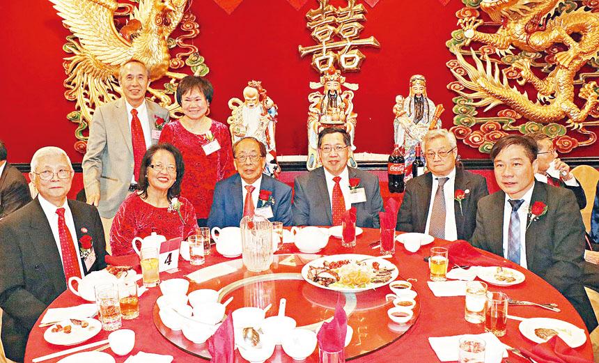 (前排左起)余超群、余文博夫婦同歐宏偉(右一)、陳家驊(右二)等嘉賓合影。