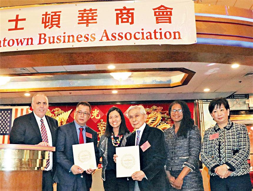 陳毓禮(右三)、陳文棟(左二)、蔡倩婷(右一)接受市議會的獎狀。