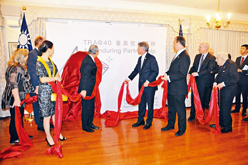 高碩泰代表和部分貴賓為「TRA@40」系列活動主題展板揭幕。