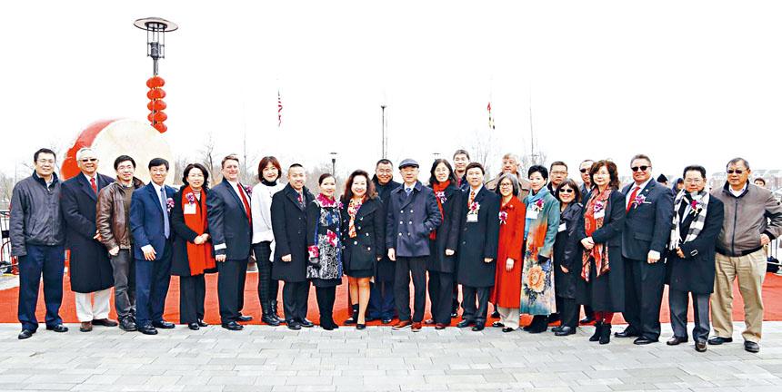 出席新春慶典的貴賓和華人社區僑領合影。