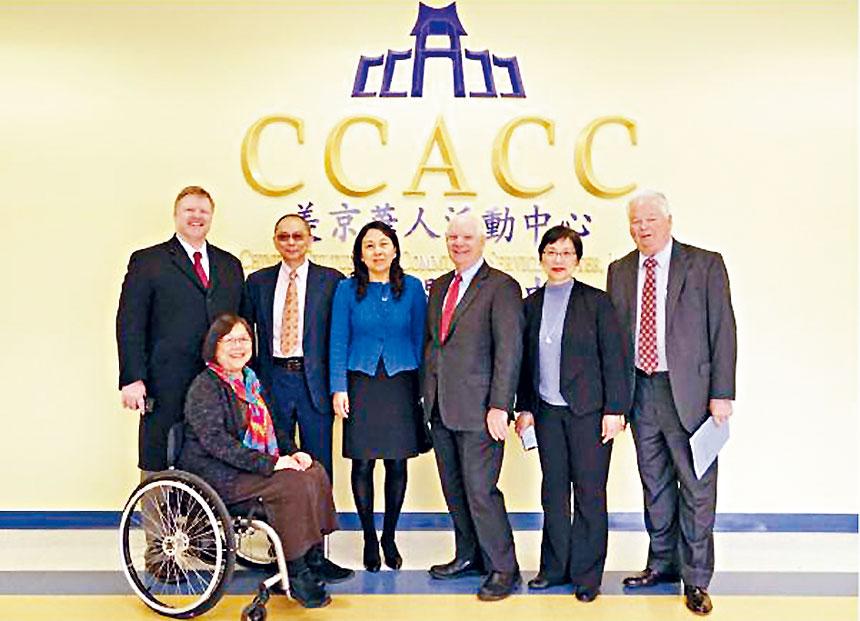 聯邦參議員Ben Cardin(右三)與美京華人活動中心董事長趙暢(右四)等人合影。