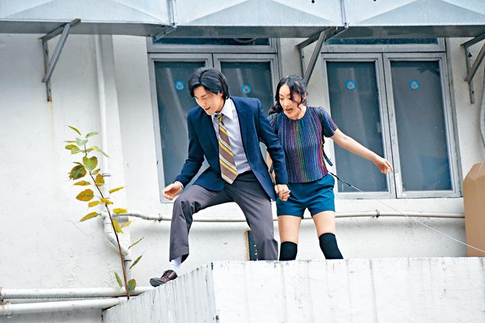 ■兩人要由離地十多呎高的簷篷跳下,拍前難免倒抽一口涼氣。
