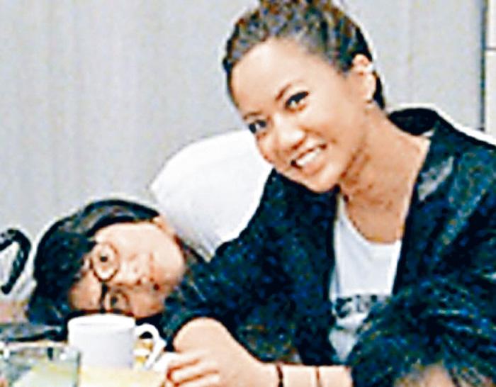 ■遺孀余靜萍(左)為盧凱彤舉辦展覽。 (資料圖片)