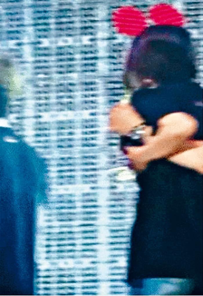 ■怪手從後抱向AOA成員惠晶,似借意摸胸。