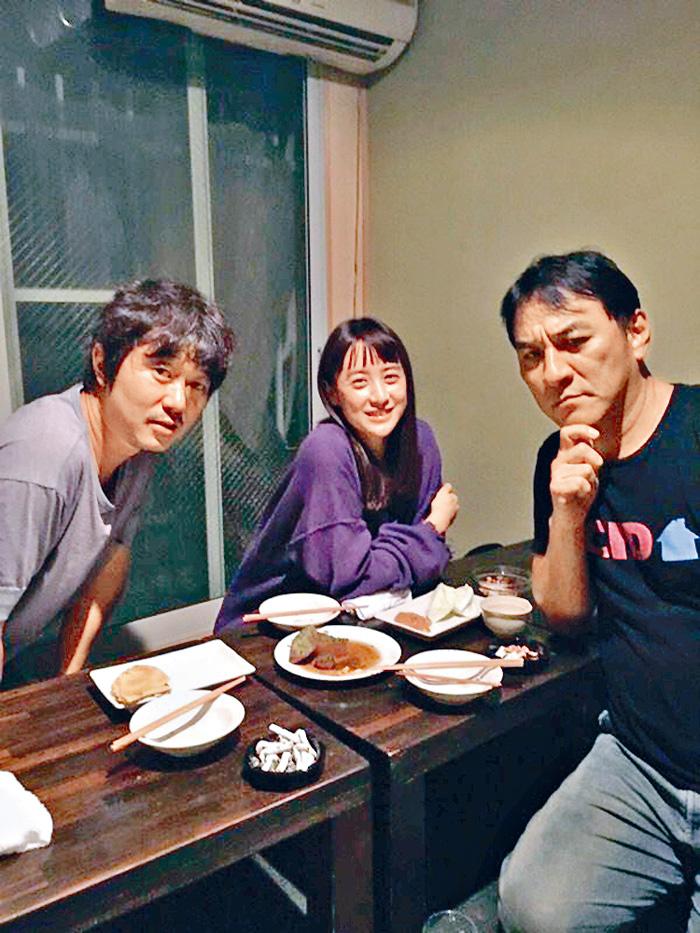 ■山本美月被指與瀧皮爾及新井浩文兩名罪犯合照。