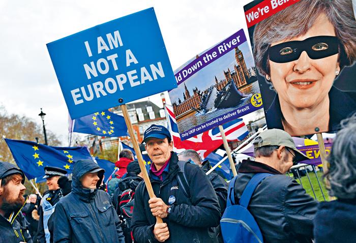 脫歐支持者近日在英國國會外舉起標語,抗議首相文翠珊拖延脫歐。路透社