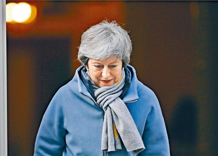 英國首相文翠珊步出首相府。美聯社