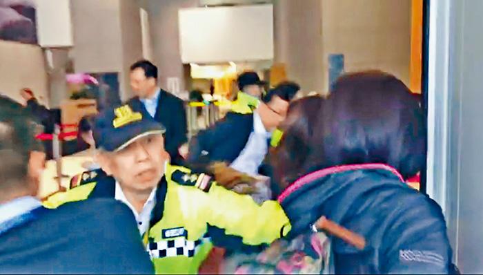 香港眾志成員忽然強行闖入政總,引發衝突。網上圖片