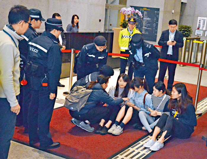闖入政總的香港眾志成員不肯自行離開。 蔡建新攝