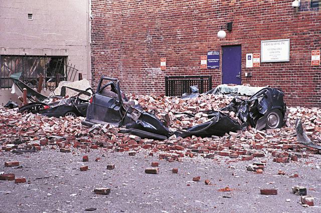 西雅圖先鋒廣場在2001年尼斯闊利地震(Nisqually Quake)中受到剝落的磚石擊損。FEMA