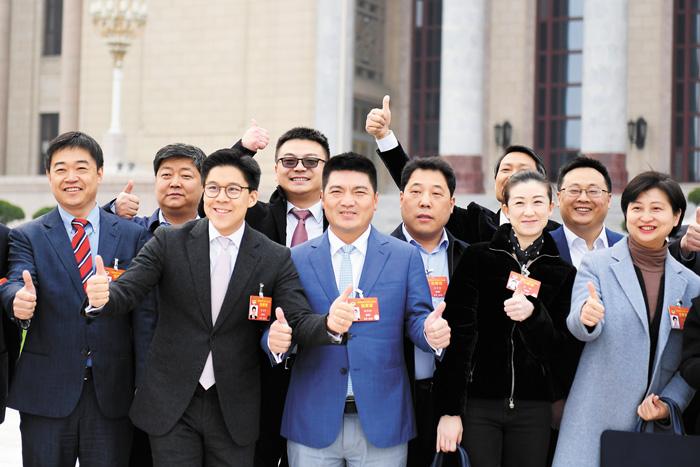 3月10日,全國政協十三屆二次會議在北京人民大會堂舉行第三次全體會議。圖為委員們在會前合影。中新社