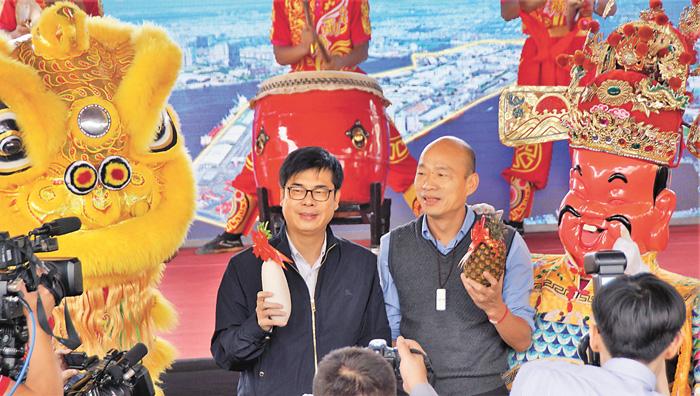 全台首座都更式加工出口區工程11日動土,行政院副院長陳其邁(左)及高雄市長韓國瑜(右)互動良好。中央社