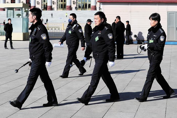 「兩會」期間安保嚴格。圖為北京警方12日在巡邏中。美聯社