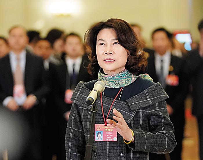 全國人大代表董明珠8日在「代表通道」接受採訪。 新華社