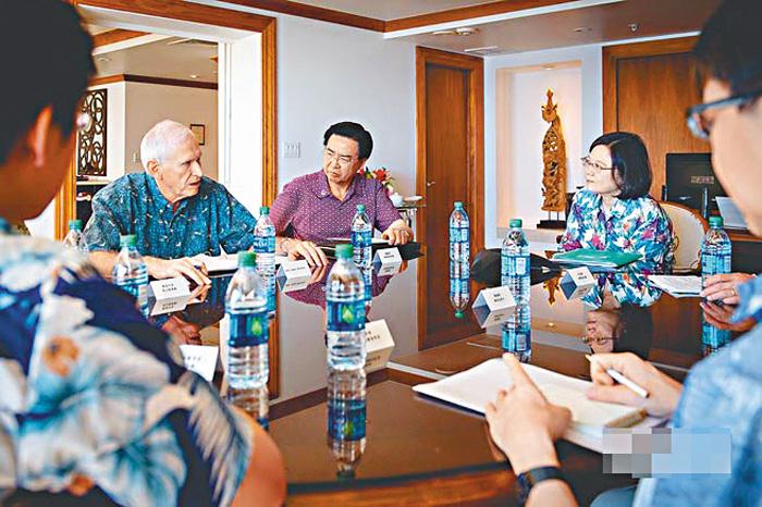 蔡英文此次出訪過境美國成關注點,圖為她在2017年10月過境夏威夷時,與美AIT主席莫健(左)會談。資料圖片
