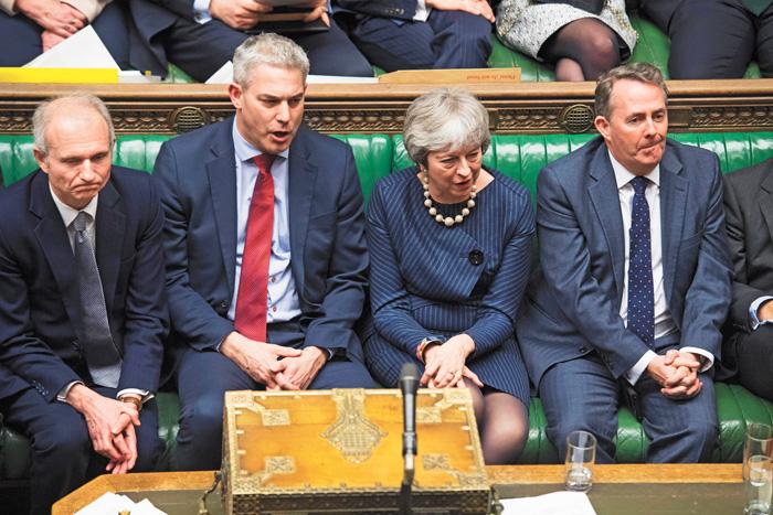 3月14日,在英國倫敦,英國首相文翠珊(右二)出席議會下院投票。 新華社