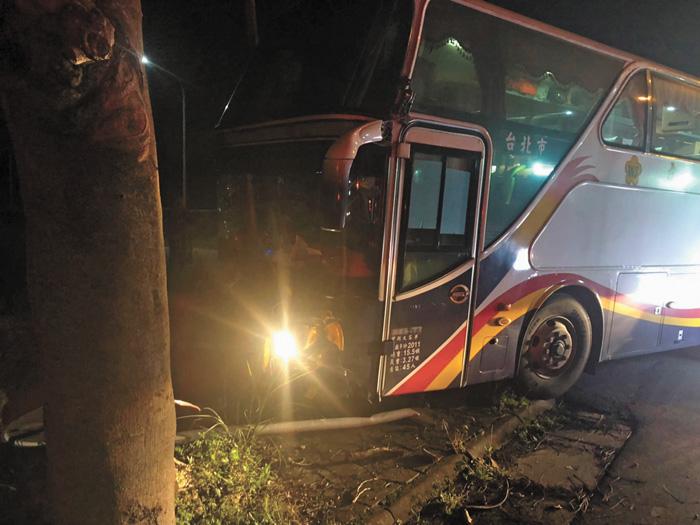 遊覽車14日晚間行經花蓮縣壽豐鄉大學路,疑為閃避車輛撞上路樹。中央社