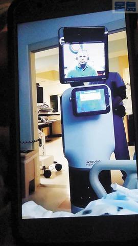 告訴病人噩耗的「機械人」。醫生透過視像告知昆塔拿其肺部衰竭,命不久矣。KTVU電視畫面