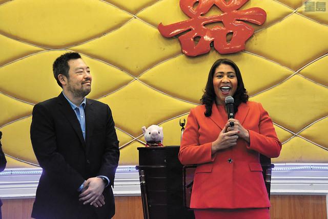 三藩市市長布里德昨日宣佈任命華協中心副主任楊重賢(左)為機場委員會委員。記者羅雅元攝