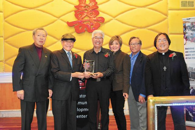左起:華協中心董事會主席陳富立向「根源:麥禮謙家族歷史計劃」領袖鄭國和、黃明昌、陳素琴、林華康頒發獎牌,向他們所作出的貢獻致敬。右一為華協行政主任方小龍。記者羅雅元攝