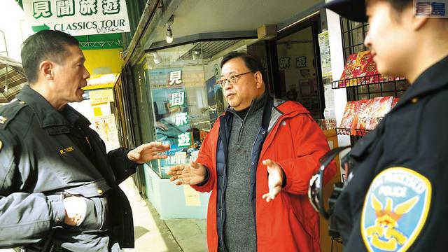 華埠「小區巡警計劃」仍在策劃當中,中央警局局長易文耀(左)期望獲得更多商戶們的參與。本報資料圖片(記者黃偉江攝)
