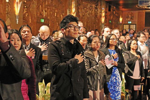 左圖:屋崙派拉蒙劇院入籍儀式;上圖:華裔女醫生羅梅華來美19年終入美國籍。記者彭詩喬攝