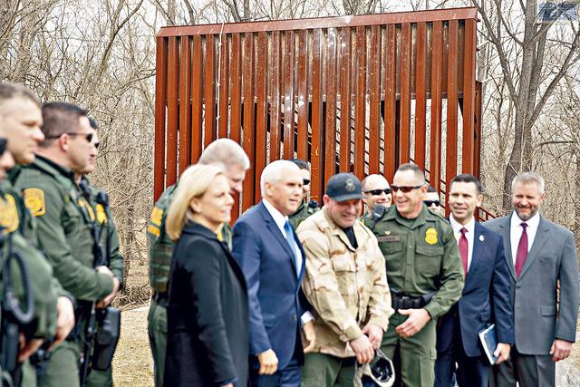 副總統彭斯14日拜訪邊巡人員的邊境牆培訓活動。    美聯社