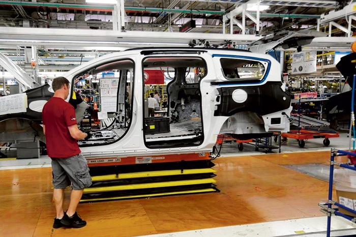 ■自動化和技術進步,令本國一些鄉村城鎮就業市場備受衝擊。圖為2016年安省溫莎市的一個汽車組裝車廠。加通社資料圖片