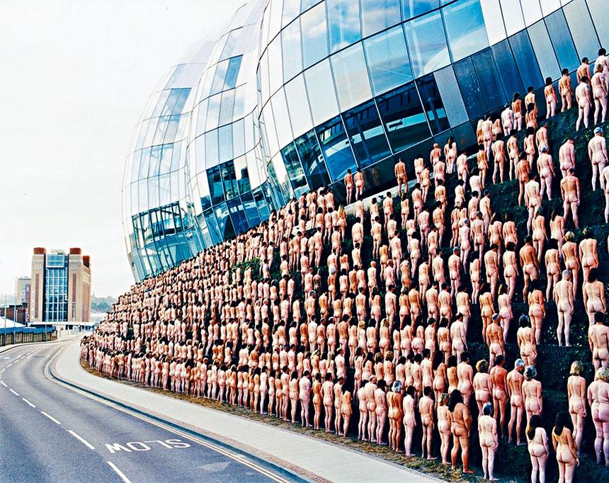 圖為杜尼克早前由大量裸體人士聚集在一起所呈現的作品。 圖自Spencer Tunick/Naked Pavement