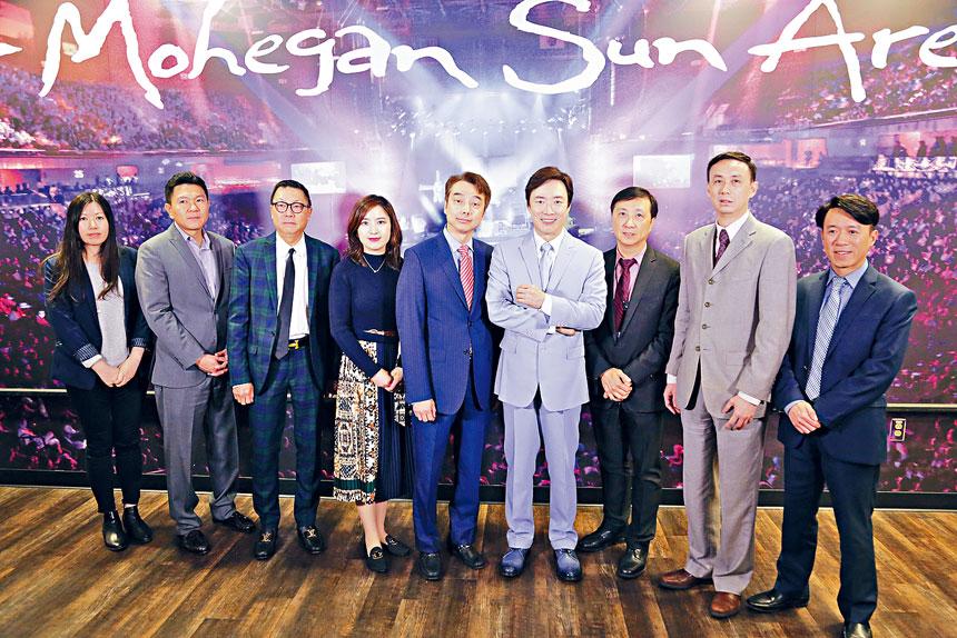 金神大賭場亞太遠東市場部副總裁梁世傑等祝賀費玉清演出成功。