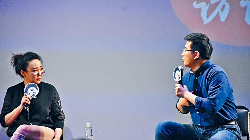 當日訪談環節,馬薇薇(左)與黃執中(右)就觀眾提問予以回答。