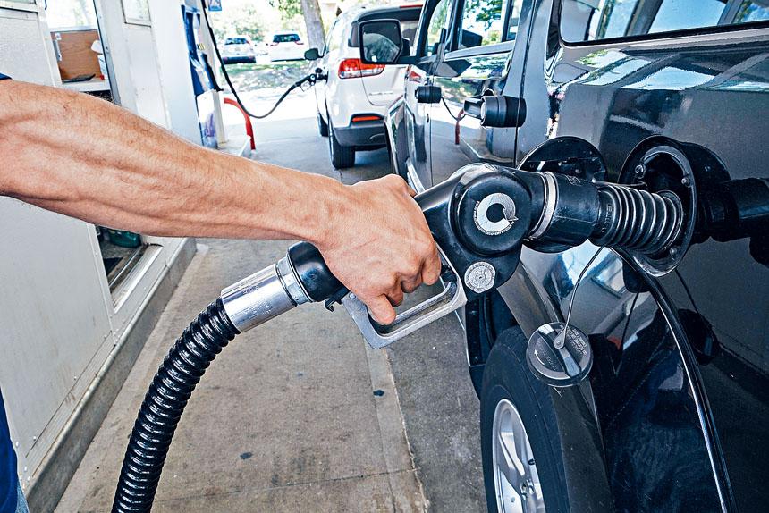 紐約目前汽油價格位列全美各州第十三位。Christopher Occhicone/紐約時報