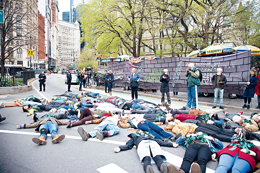 多名示威者躺在十字路口上阻塞交通。臉書圖片