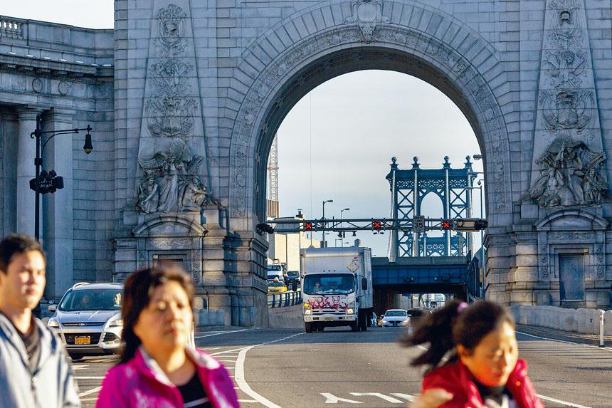 一名加拿大遊客爬上曼哈頓大橋後被警員拘捕。Mark Abramson/紐約時報