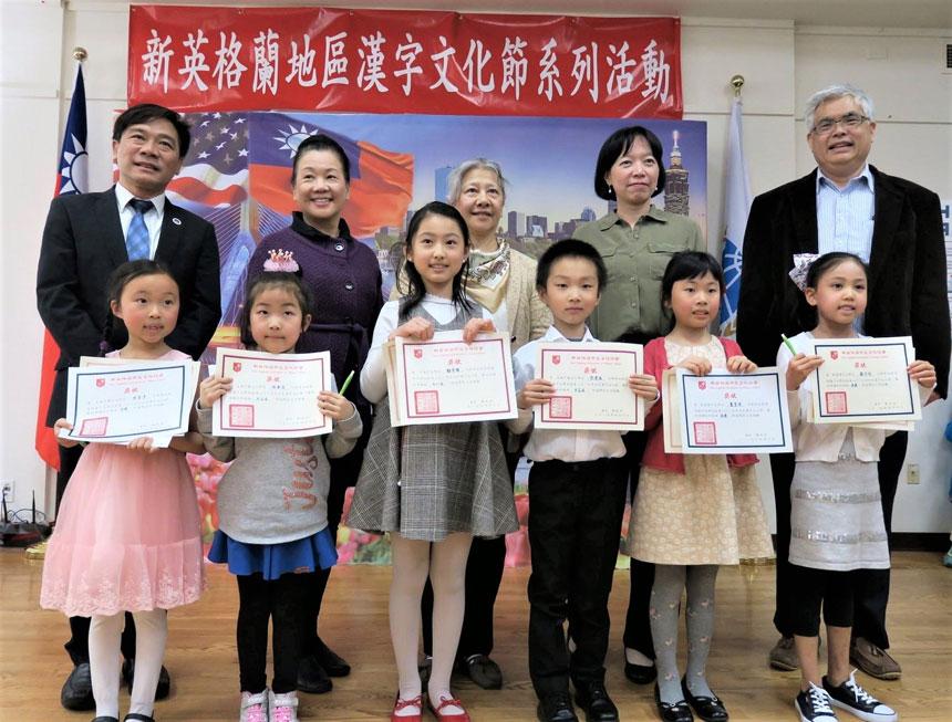 歐宏偉(後排左一)和評委老師給低年級學生頒獎。李强攝