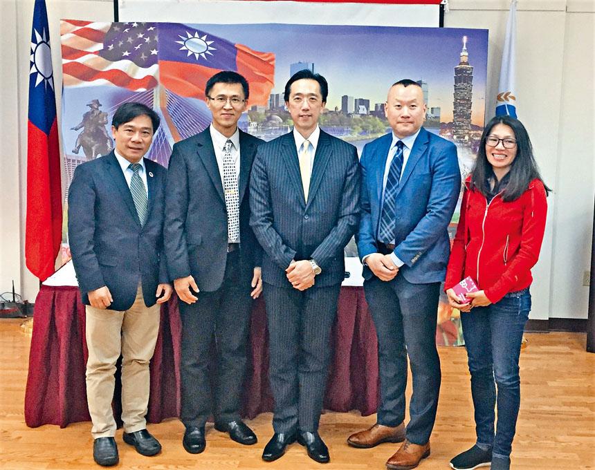 (左起)歐宏偉、王志維、徐佑典、梅安定警官及新任會長歐陽露合影。