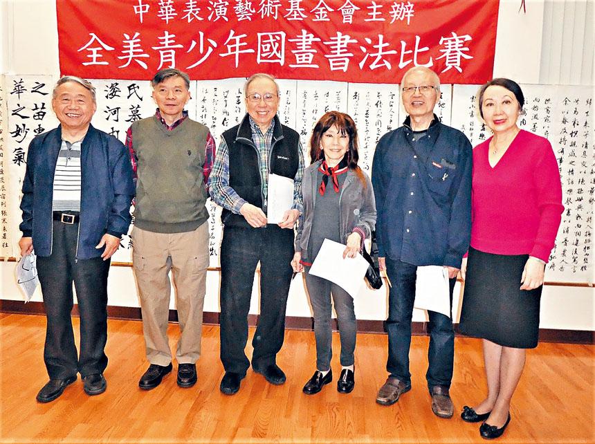 (右起)譚嘉陵與評審馬清雄、朱蓉、鐘耀星、陸惠風、方正厚合影。主辦方提供