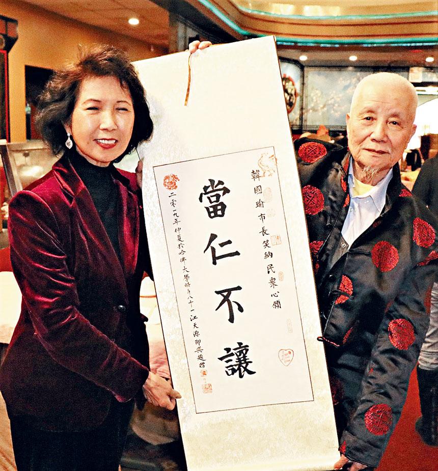 (左起)馬滌凡、江天源展示書法作品。