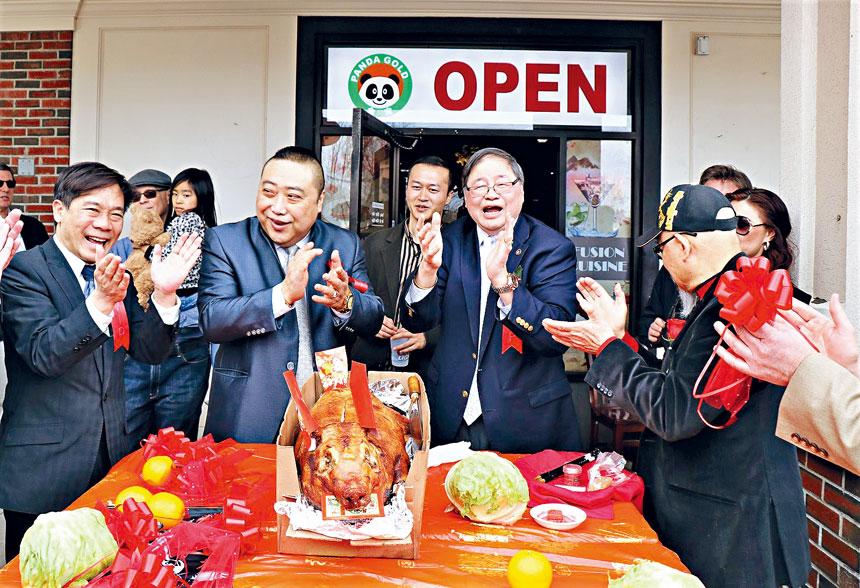(左起)歐宏偉、葉福文、阮鴻燦等人在剪綵儀式中開懷大笑。