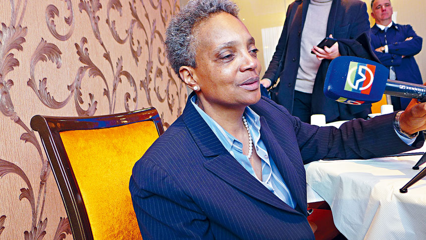芝加哥第一位非洲裔女市長羅麗萊德福特,曾在3月30日的超級周末造訪唐人街,與民眾談她的施政理念。梁敏育攝