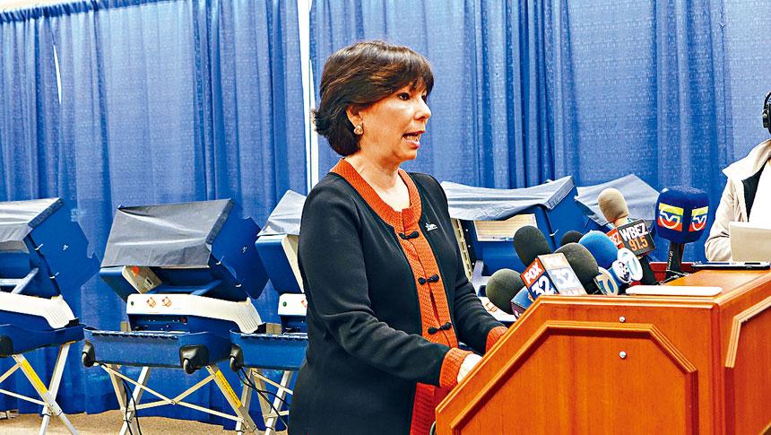 芝加哥選委會主席賀曼迪茲召開選舉前最後一次新聞發布會,她期望4月2人的投票率會高於35%。梁敏育攝