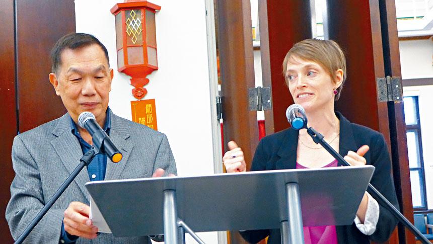 芝加哥大都會計劃局資深策劃員林西貝利(右)與華埠更好團結聯盟主席陳增華(左),8日晚與社區各界研討有關唐人街面臨停車的挑戰。梁敏育攝
