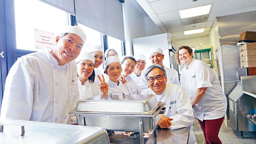 華諮處西廚訓練班開放日,導師安娜(後右1)、職業英語導師劉禮民(前右1)與部分學員合影。梁敏育攝
