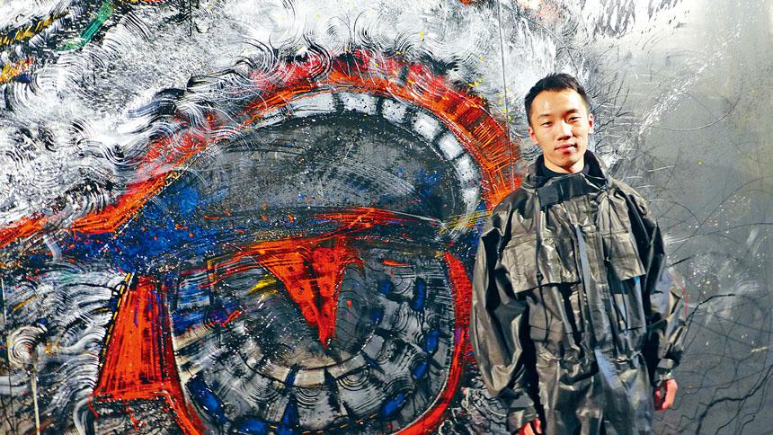 以中國水墨畫與西方塗鴉相結合的藝術家陳英杰,4月12日抵達芝加哥主持畫展的開幕儀式。梁敏育攝
