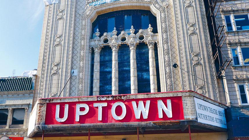 位於百老匯街上的「上城劇院」建築造型宏偉。梁敏育攝