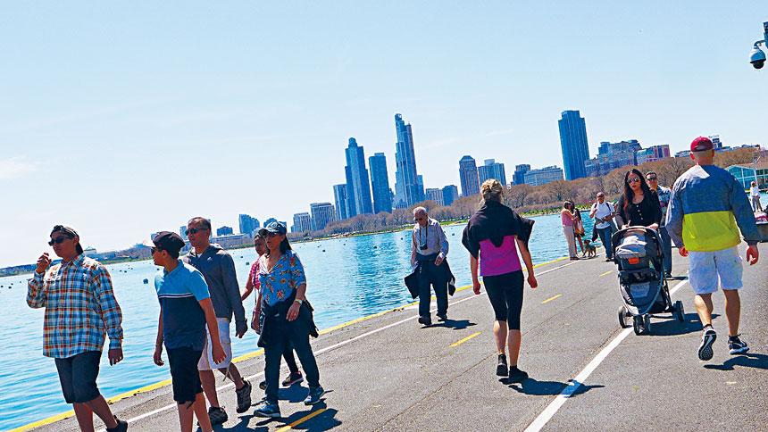 密芝根湖經過一個漫長的冬天,終於蘇醒了,湖邊散步是芝加哥市民的最愛。梁敏育攝