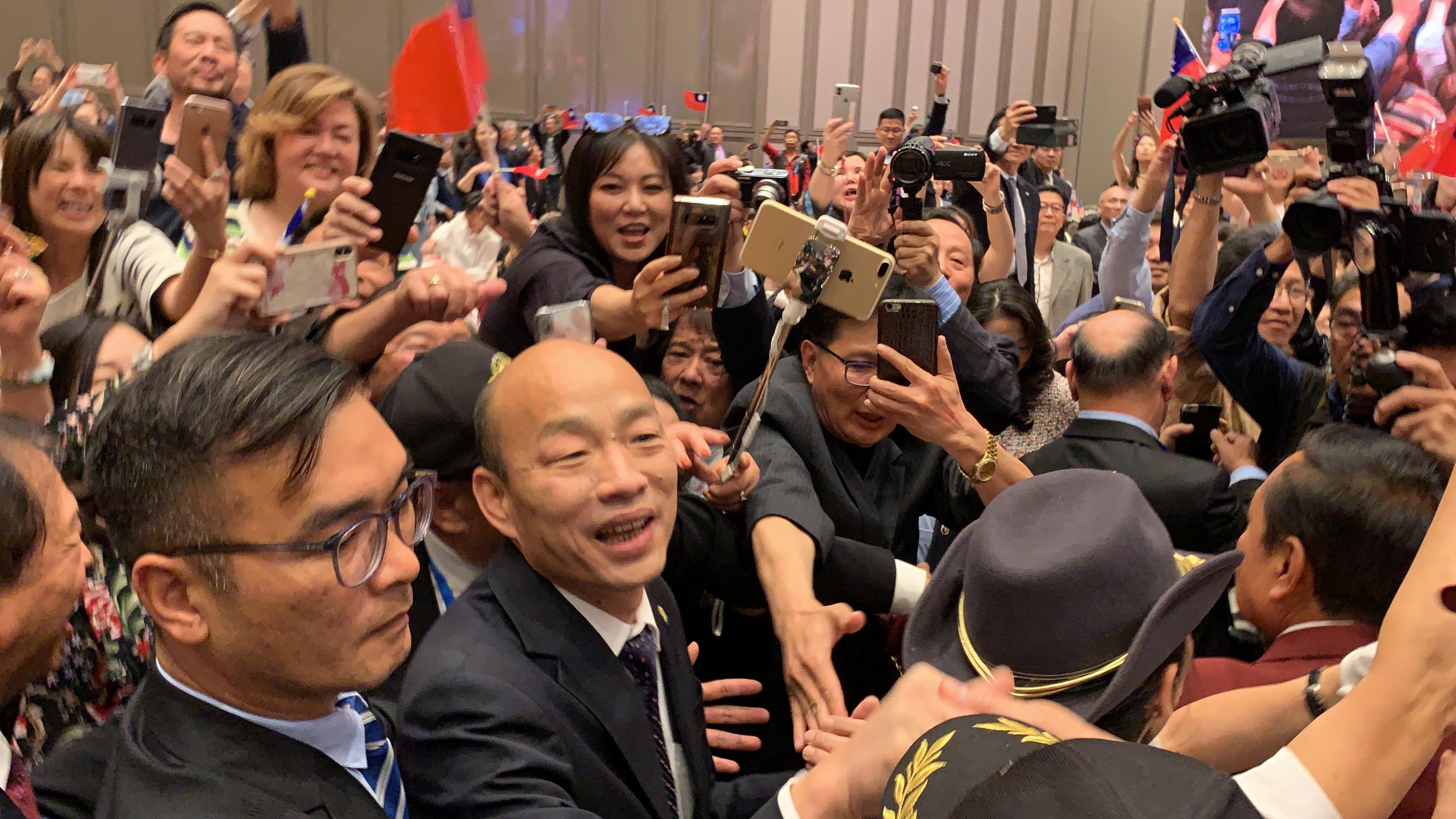 韓國瑜抵達晚宴會場時受到熱烈歡迎,被上百位民眾簇擁著緩慢前進。記者黃品瑄攝