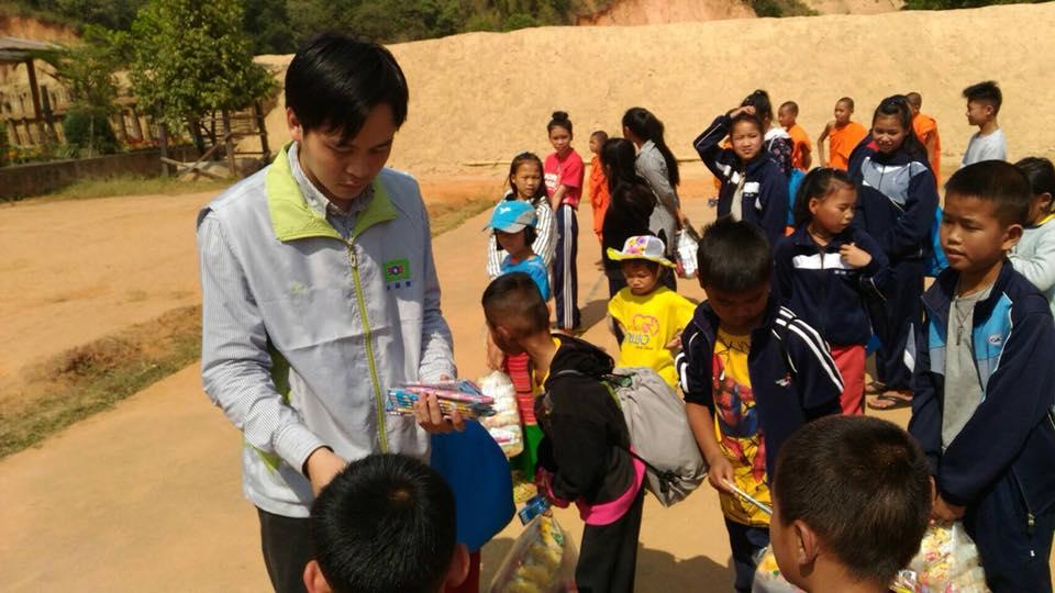 黃信凱赴泰北、印尼等偏鄉表演魔術和發放物資。黃信凱臉書